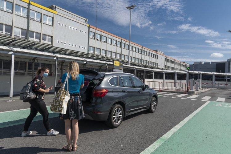 Vrouwen parkeren aan Brussels Airlines