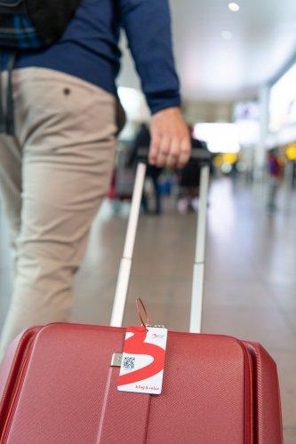 Un homme avec son bagage à main.
