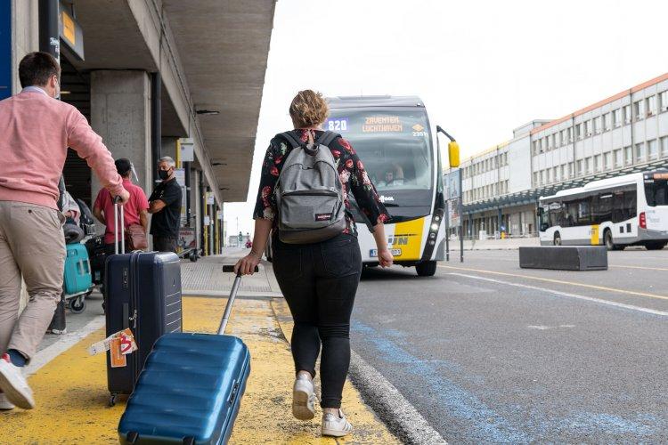 Man met bagage op parking